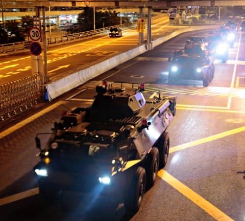 香港を走る中国人民解放軍の車両(29日)=ロイター