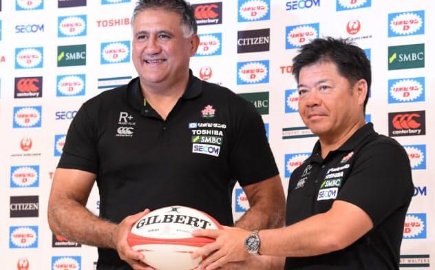 日本代表メンバー発表の記者会見を終えた日本代表のジョセフヘッドコーチ(左)ら(29日、東京都千代田区)