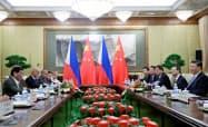 両国は経済分野での協力を前面に出して友好ムードをアピールした(29日、北京)=ロイター