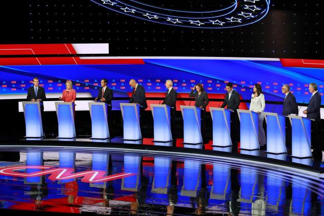 7月末に開かれた米民主党大統領候補討論会=ロイター