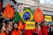 森林火災への対応を巡り、ブラジル政府に対する国際的な批判が強まっていた(23日、サンティアゴ)=ロイター