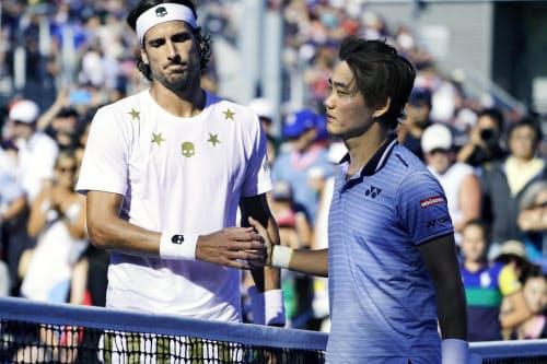男子シングルス2回戦でフェリシアノ・ロペス(左)に敗れ、さえない表情の西岡良仁(29日、ニューヨーク)=共同