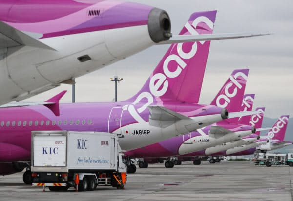 日韓関係悪化に伴い、韓国人の訪日旅行需要が減少した(ピーチ・アビエーションの機体)