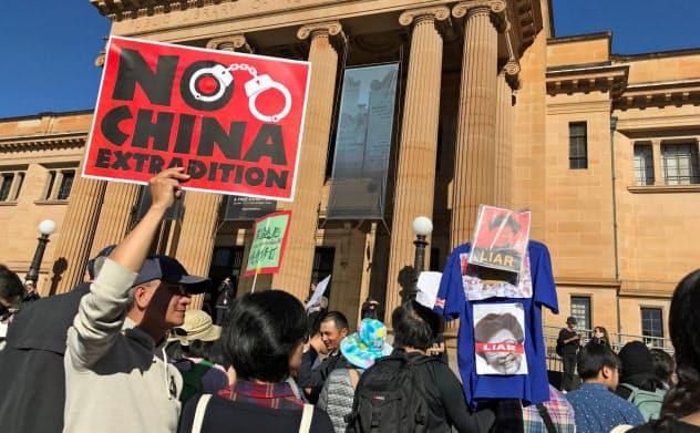 オーストラリアでは大学への中国の影響を懸念する声が高まる一方、収入の多くを中国人留学生の学費に頼る大学も多い=ロイター