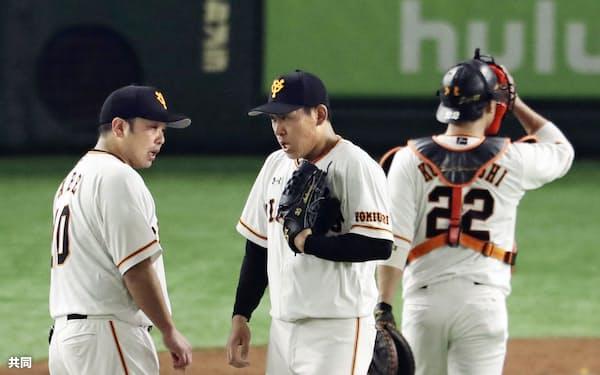本塁打を浴びた味方投手に声を掛ける巨人・阿部(左)。捕手に入った際は打者に対してほとんどしゃべらない=共同