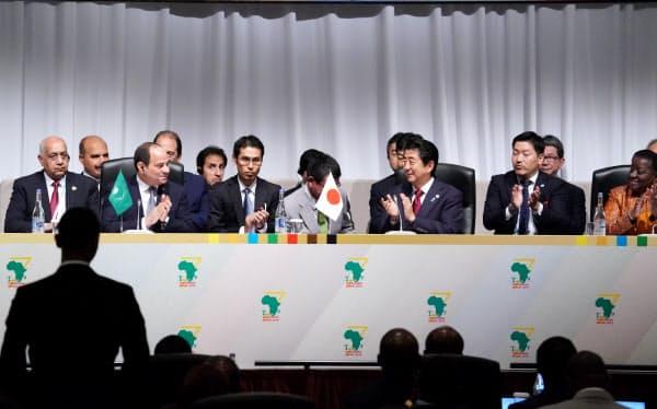 アフリカ開発会議の閉会式を終え拍手する安倍首相とエジプトのシシ大統領(前列左から2人目)=30日午後、横浜市西区