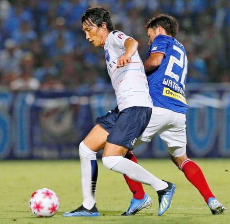 横浜FCに移籍した中村は14日の天皇杯での横浜M戦でフル出場した=共同