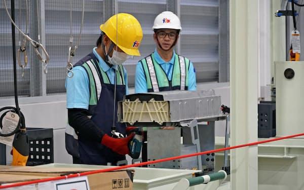 使用済み車載電池を分解する作業員(タイ中部チャチェンサオ県)