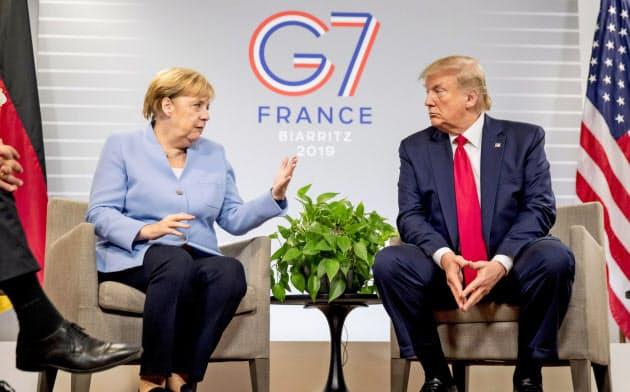 トランプ大統領(右)は中国と覇権争いをしながら欧州とも様々な問題で衝突している=AP