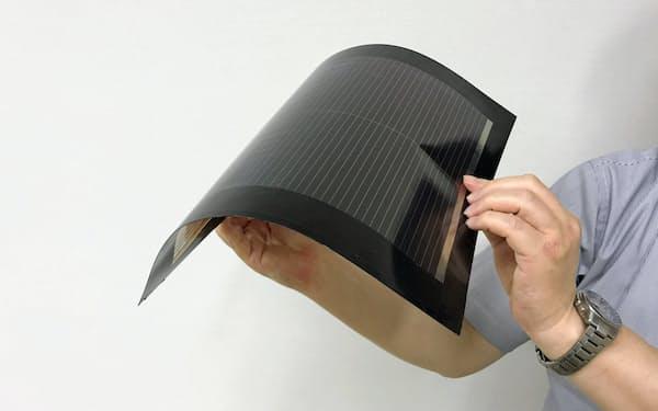 軽くて折り曲げられるペロブスカイト太陽電池(東芝研究開発センターで)