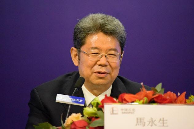 大幅減益だった2019年1~6月期決算を発表する中国石化の馬永生総裁(26日、香港)