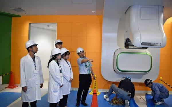 建設中の重粒子センターを見学する延世大の医学生(27日、山形市)