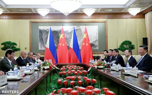 中比首脳会談は経済協力で合意したものの、南シナ海問題で平行線をたどった(29日、北京)=ロイター