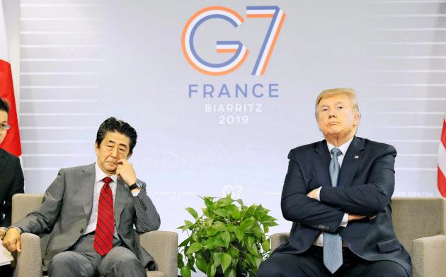 日米首脳会談で報道陣の質問に答え、厳しい表情を見せるトランプ米大統領と安倍晋三首相(8月25日、フランス南西部のビアリッツ)=共同