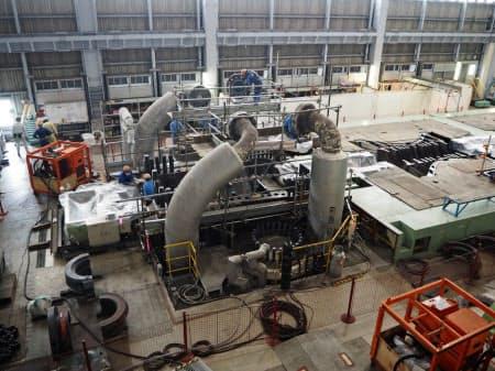 苫東厚真火力発電所4号機のタービンを分解して点検している(30日、北海道厚真町)