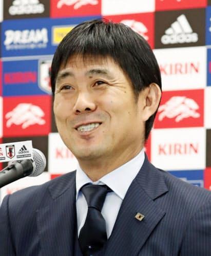 日本代表メンバーを発表し、笑顔を見せる森保監督=共同