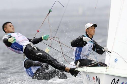 男子470級に出場した岡田(右)、外薗組(30日、江の島ヨットハーバー沖)=共同