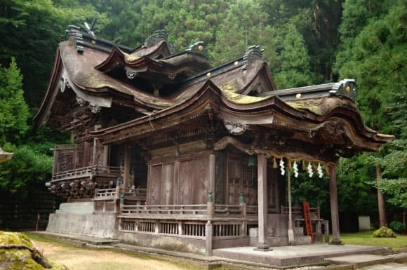 大瀧神社・岡太神社は積み重なるような破風が特徴だ