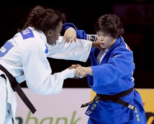 女子78キロ級決勝 フランスのマドレーヌ・マロンガ(左)と対戦する浜田尚里(30日、日本武道館)=共同
