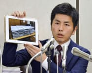 東京・池袋の暴走事故で、厳罰を求める署名の写真を示し記者会見する夫(30日午後、東京都千代田区)=共同