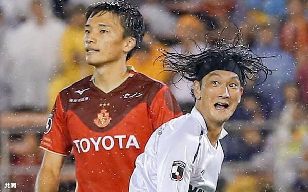 名古屋―FC東京 後半、2点目のゴールを決め、駆けだすFC東京・高萩=手前(30日、パロマ瑞穂)=共同