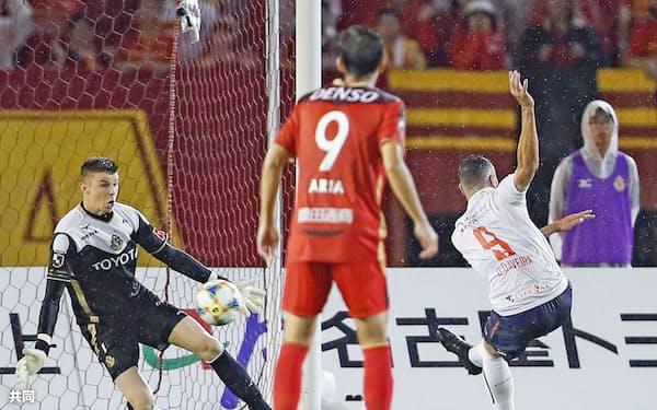 前半、先制ゴールを決めるFC東京・ディエゴオリベイラ=右(30日、パロマ瑞穂)=共同