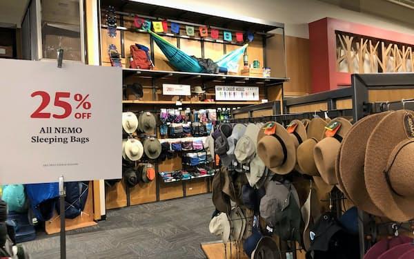 消費者態度指数は6年8カ月ぶりの下落幅だった(米ニューヨーク州のスポーツ用品店)