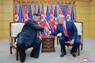 米朝協議が進まないなか、米国は制裁を維持する構えを見せる(6月、韓国)=朝鮮中央通信・ロイター