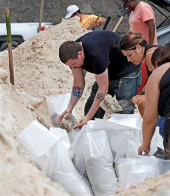 ハリケーン「ドリアン」の上陸に備えて土のうを積む地元住民ら(30日、米フロリダ州)=ロイター