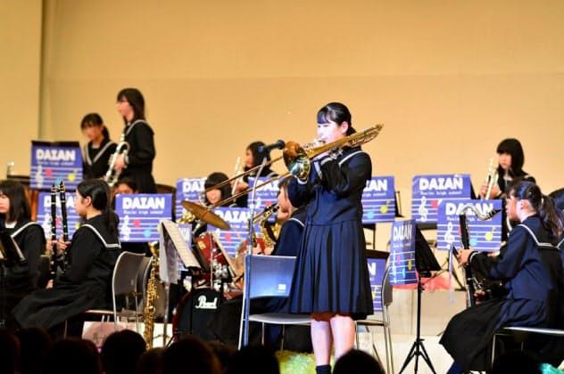 寄付された楽器による中学校の演奏会に寄付者を招き交流にもつなげる(三重県いなべ市)