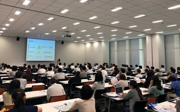 SBI証券の資産運用セミナーの参加者は20~40代が約7割を占める(大阪市)
