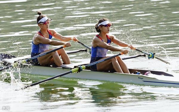 女子軽量級ダブルスカル13~18位決定戦 2着で14位の大石(左)、上田組(31日、リンツ)=共同