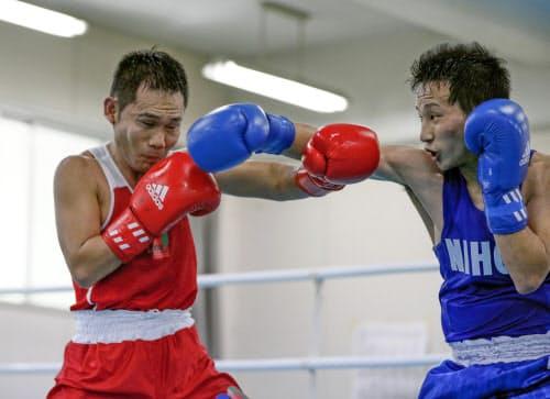 ボクシング全日本選手権東海地区選考会のフライ級初戦で宇津輝(右)と打ち合う高山勝成。敗れて東京五輪には届かなかった(31日、岐阜県笠松町)=共同