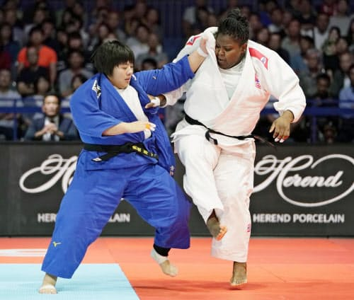 女子78キロ超級決勝 キューバのイダリス・オルティス(右)を破り初優勝の素根輝(31日、日本武道館)=共同