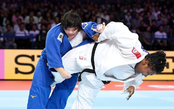 女子78キロ超級で金メダルを獲得した素根(左)