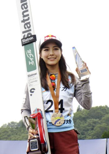 優勝し、表彰台で笑顔を見せる高梨沙羅(1日、妙高高原赤倉シャンツェ)=共同