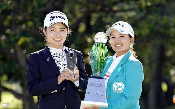 優勝しトロフィーを手に笑顔の鈴木愛(右)と4位でベストアマの安田祐香(1日、小樽CC)=共同