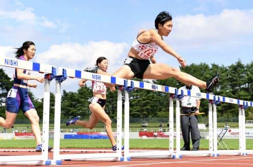 女子100メートル障害 日本新となる12秒97をマークした寺田明日香=右(1日、山梨県富士北麓公園陸上競技場)=共同