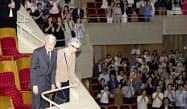 ハンガリー放送交響楽団の演奏会を鑑賞するため、会場に到着された上皇ご夫妻=1日午後、東京都港区のサントリーホール(代表撮影)