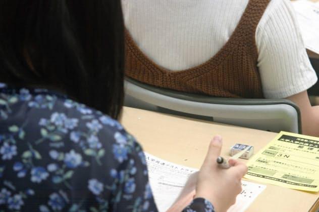 河合塾が開いた大学入学共通テストの模擬試験を受ける高校生(6月、名古屋市、河合塾提供)