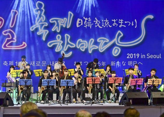 ソウルで開かれた交流イベントで公演する日韓の高校生ら(1日)=共同