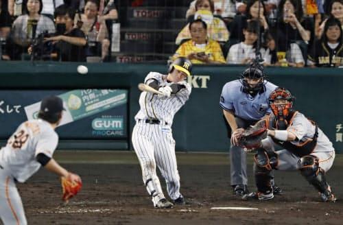 5回阪神2死一塁、近本が右翼線に適時三塁打を放つ。投手田口、捕手大城(1日、甲子園)=共同