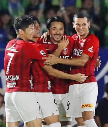湘南―浦和 前半、先制ゴールを決め祝福される浦和・興梠=右から2人目(1日、BMWスタジアム)=共同