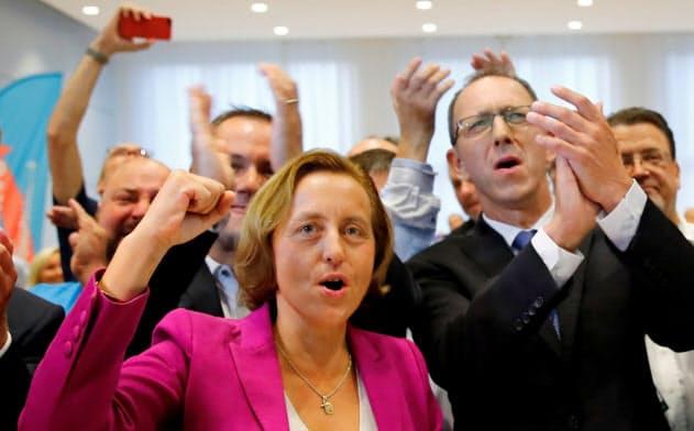 州議会選で躍進し、喜ぶ極右「ドイツのための選択肢(AfD)」の党幹部ら(1日)=ロイター