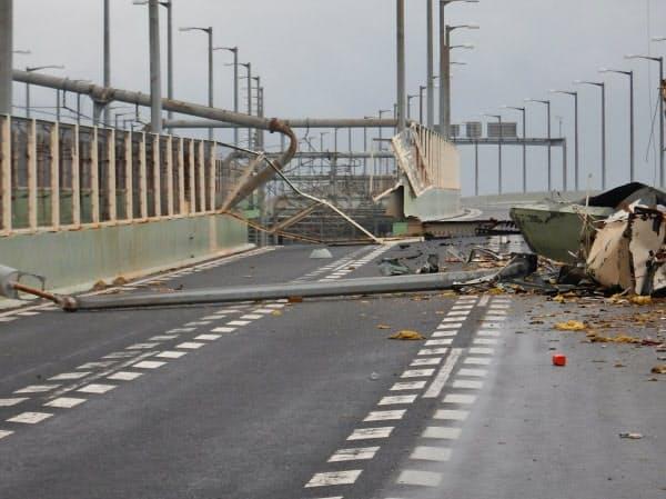 タンカーが衝突し、通行できなくなった連絡橋(2018年9月4日、大阪府泉佐野市)=関西空港海上保安航空基地提供