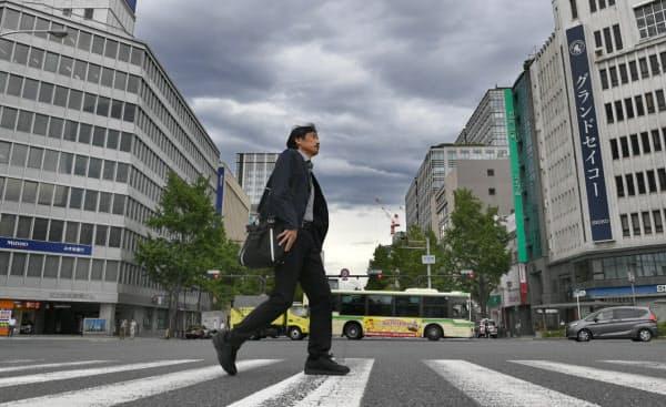 普段とは違い閑散とするオフィス街の淀屋橋周辺(2018年9月4日午前、大阪市中央区)
