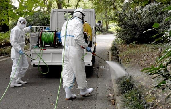 東京都の新宿御苑で行われた蚊を駆除するための殺虫剤を散布する訓練(2日午前)=共同