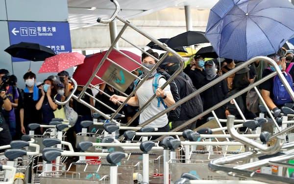 1日、香港国際空港でバリケードを築く若者ら=ロイター