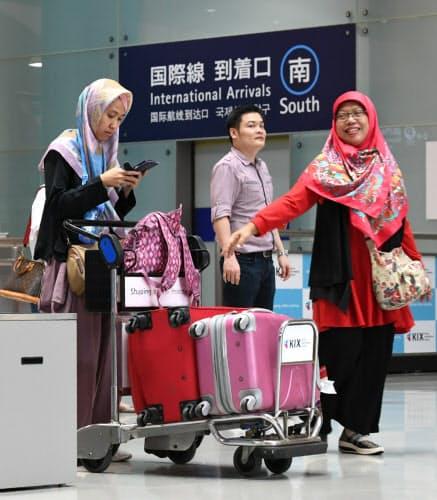 一部再開した第1ターミナルに到着した外国人利用客(2018年9月14日、関西空港)