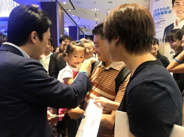 小泉氏は報告会の終了後、子どもたちとの触れあいに時間を割いた